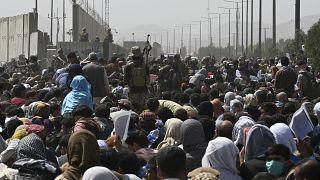 La calca fuori dall'Aeroporto di Kabul