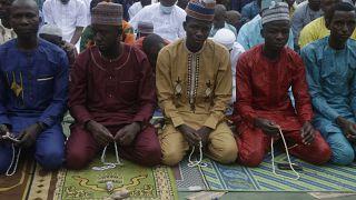 مصلون يؤدون صلاة عيد الأضحى في لاغوس، نيجيريا.