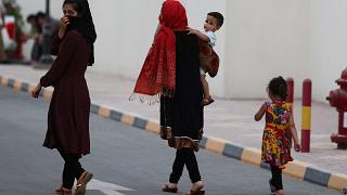 لاجئون أفغان يتجولون في مجمع في الدوحة