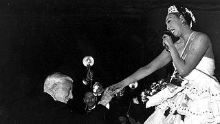 ژوزفین بیکر و چارلی چاپلین در نمایشی در مولن روژ پاریس، ۲۰ مه ۱۹۵۳