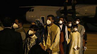 Kabulból repülőgéppel kimenekített spanyolok és afgán segítőik első csoportja érkezik a madridi katonai repülőtérre augusztus 18-án
