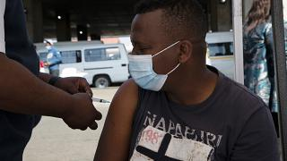 Covid-19 : l'Afrique du Sud vaccine dans les rues