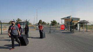 Люди пересекают КПП под Термезом у узбекско-афганской границы