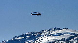 صورة من الارشيف -طائرة هليكوبتر تابعة للجيش التركي تحلق بالقرب من جوكورجا في محافظة هكاري فوق الجبال المغطاة بالثلوج التي تشكل الحدود التركية العراقية،  23 فبراير 2008