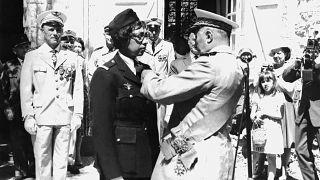 Награждение Жозефин Бейкер орденом Почётного легиона 19 августа 1961