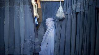 Женщина примеряет новую чадру. Кабул, Афганистан. 2013 год
