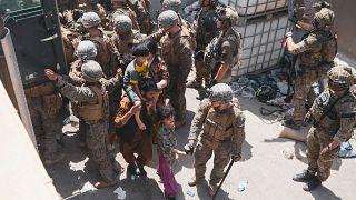 Amerikai és norvég katonák biztosítják a kabuli nemzetközi reptéren a kimenekítést