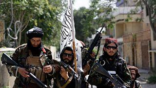 مقاتلون من طالبان يتوسطهم علم الحركة