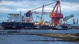 """سفينة مد الأنابيب الروسية """"فورتونا"""" في ميناء فيسمار بألمانيا، من أجل أشغال   خط أنابيب الغاز الألماني-الروسي نورد ستريم 2 في بحر البلطيق، الخميس 14 يناير 2021."""