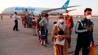 Nilofar Bayat e il marito sbarcano alla base aerea di Torrejon de Ardoz, Spagna