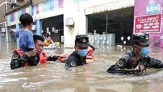 Mentik a lakosságot az elöntött településekről Kína középső részén, Hupej tartományban