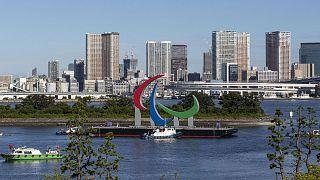 Le logo des Jeux paralympiques de Tokyo, non loin de la base nautique d'Odaiba de la capitale japonaise, le 20 août 2021