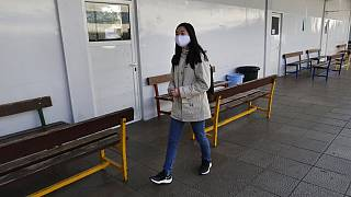 طالبة ترتدي كمامة للوقاية من فيروس كورونا أثناء مغادرتها المدرسة الإنجيلية، في لويزة شرق بيروت، لبنان، الإثنين 2 مارس 2020.
