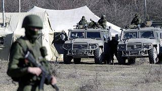 """2014-es felvétel: fegyveresek, feltehetően orosz katonák az Ukrajnához tartozó """"Krími Autonóm Köztársaság"""" fővárosában, Szimferopolban"""
