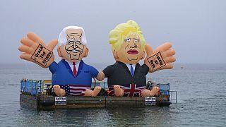 Una foto datata 11 giugno 2021. I pupazzi di Biden e Johnson, al G7 in Cornovaglia.