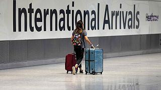 أحد الركاب في المبنى رقم 5 بمطار هيثر، بلندن، الإثنين 2 أغسطس/آب 2021.