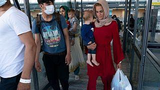 عائلات تم إجلاؤها من كابول في مطار واشنطن دالاس الدولي، فيرجينيا، الاثنين 23 أغسطس 2021
