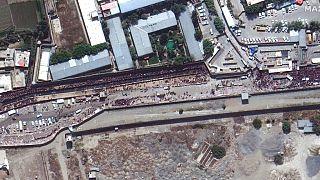 Image satellite de la foule au checkpoint de l'aéroport international de Kaboul, Afghanistan, 23 août 2021