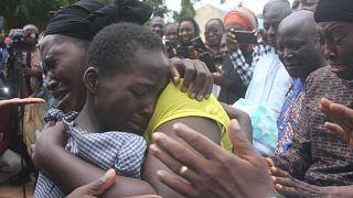 أم تحتضن ابنتها بعد إطلاق سراحها مع 27 طالبًا آخرين في مدرسة بيت إيل المعمدانية الثانوية، نيجيريا، 25 يوليو 2021