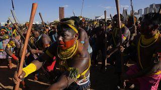"""Indígenas realizan una danza ritual durante el primer día del campamento """"Lucha por la Vida"""", en Brasilia, Brasil, el 23 de agosto de 2021."""