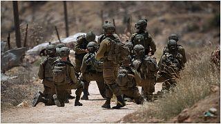جنود إسرائيليون أثناء تنفيذهم عملية عسكرية بالقرب من نابلس