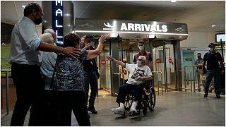 المحارب الأمريكي مارتن إدلر يلتقي في مطار بولونيا شمال إيطاليا ولأول مرة منذ سبعة عقود، مع الأشقاء الإيطاليين الذين حافظ على حياتهم برونو ومافالدا وجوليانا نالدي