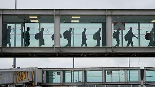 ورود پناهجویان افغان به فرودگاه شارل دو گُل پاریس