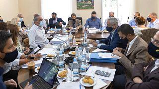 الرئيس القبرصي نيكوس أناستاسيادس،(وسط الصورة) يحضر اجتماعًا لمجلس الوزراء في المقر الرئاسي في ترودوس/ 23 آب/أغسطس 2021