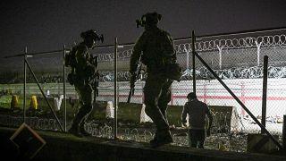 Taliban'dan kaçış: Kabil Havalimanı'nda tahliye sürüyor
