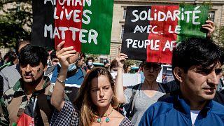 Paris'te Afgan göçmenlere destek gösterisi