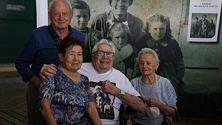 """""""J'ai failli tuer ces enfants"""" : les retrouvailles du GI et des survivants italiens, 77 ans après"""
