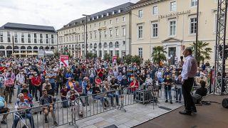 مرشح الحزب الاشتراكي الديمقراطي لمنصب المستشار في الانتخابات  العامة يتحدث إلى الجمهور في ساحة السوق في كارلسروه ، ألمانيا، 23 آب 2021