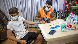 Vaccinazione di un ragazzo israeliano.