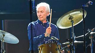 The Rolling Stones'un davulcusu Charlie Watts, tüm zamanların en iyi rock müzik sanatçılarından biri olarak gösteriliyor.