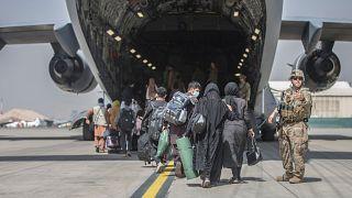 Családok szállnak be egy amerikai kimenekítő repülőgépbe a kabuli reptéren