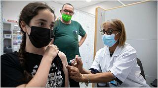 """طفلة إسرائيلية تتلقى لقاحاً ضد """"كوفيد-19"""" في أحد المراكز الطبية في مدينة ريشون عتصيون"""