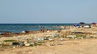 Libici nuotano nel Mediterraneo sul lungomare della capitale Tripoli
