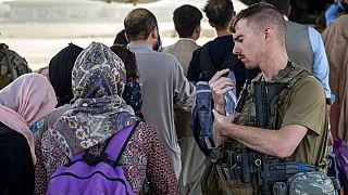 Беженцы садятся на самолет ВВС США в аэропорту Кабула
