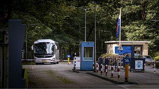 حافلة تنقل لاجئين من أفغانستان متجهة إلى مركز لجواء والاردت ساكري في زايست، بالقرب من أولتريخت في 23 أغسطس،2021.