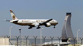صورة من الارشيف - طائرة الاتحاد للطيران تستعد للهبوط في مطار أبو ظبي في الإمارات العربية المتحدة- آيار / مايو 2014