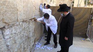 دیوار ندبه در آستانه سال نوی یهودی از نامههای بازدیدکنندگان پاکسازی شد