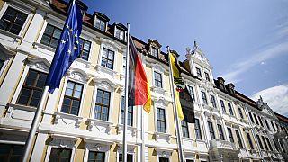 Europäische, deutsche und sachsen-anhaltische Flagge vor dem Landtag in Magdeburg, Juni 2021