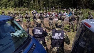 Группа беженцев между кордонами польских и белорусских пограничников, 20 августа 2021