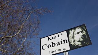 Schild mit einer Abbildung des verstorbenen Nirvana-Sängers Kurt Cobain