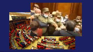 Az örmény parlament ülésterme és az egyik verekedés pillanatfelvétele