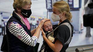 A járvány miatt még nem látott unokájával, egy csecsemővel találkozik egy nagymama (illusztráció)