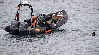 صورة  من الارشيف -  إنقاذ أشخاص يحاولون الوصول إلى الأراضي الإسبانية المجاورة للحدود المغربية والإسبانية، في جيب سبتة الإسبانية  18  آيار / مايو 2021