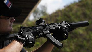 زائر يستعد لإطلاق النار من رشاش كلاشينكوف في ميدان للرماية خلال المعرض العسكري الدولي في ألابينو خارج العاصمة الروسية موسكو. 2021/08/22