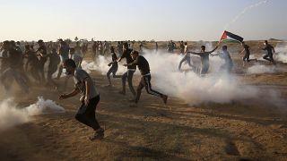 القوات الإسرائيلية تطلق الرصاص الحي والمطاطي والغاز المسيل للدموع على متظاهرين فلسطينيين شرق خان يونس ، جنوب قطاع غزة. 2021/08/25