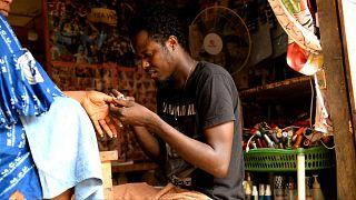 Debonheur Koli dans son échoppe de manucure à Bangui (République centrafricaine)